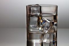 与小丑水和立方体的水晶玻璃  库存照片