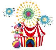 与小丑玩杂耍的一个狂欢节 免版税库存照片