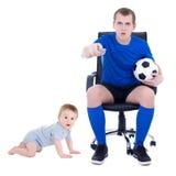 与小儿子的滑稽的年轻人观看的足球赛被隔绝  图库摄影
