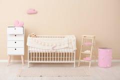 与小儿床的时髦的婴孩室内部 免版税库存图片