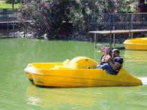 与小儿童骑马的家庭在水自行车 免版税库存图片