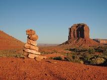 与小卵石的纪念碑谷 库存照片