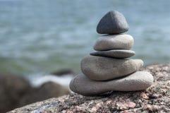 与小卵石的金字塔从海滩 免版税库存照片