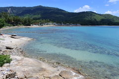 与小卵石石头海滩和意想不到的蓝天的海视图 库存照片