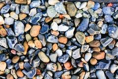 与小卵石-圆的海石头的抽象背景 免版税库存图片