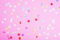 与小发光的星的明亮的塑料粉色 您的欢乐项目的精采背景 免版税库存图片