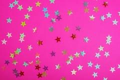 与小发光的星的明亮的塑料粉色 您的欢乐项目的精采背景 库存照片
