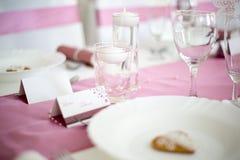 与小圆的白色茶蜡烛的桃红色和白色婚礼桌我 库存照片