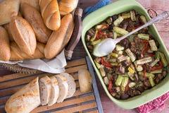 与小圆面包的健康烤新鲜蔬菜 免版税库存照片