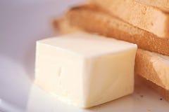 与小块黄油的敬酒的面包切片早餐 免版税库存图片