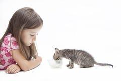 与小女孩的小猫 免版税库存照片