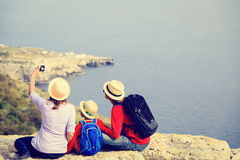 与小孩子旅行的家庭在风景夏天 免版税图库摄影