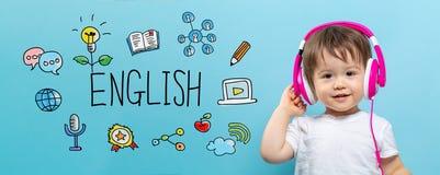 与小孩男孩的英语有耳机的 免版税图库摄影