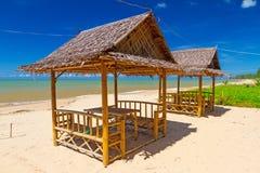 与小小屋的热带海滩风景 免版税库存照片