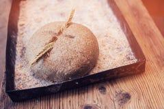 与小尖峰的家制面包 免版税库存照片