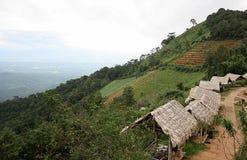 与小屋的山在泰国的北部 免版税库存照片
