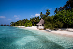 与小屋的海滩 免版税库存图片