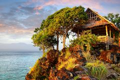 与小屋的美丽如画的风景。 免版税库存照片