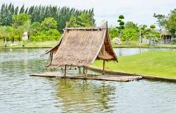 与小屋的老竹木筏 免版税库存照片