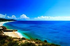 与小山和凹进的海岸线的典型的亚得里亚海的海景 免版税库存照片