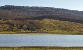 与小山和河的美好的风景 图库摄影