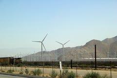 与小山和绕环投球法涡轮的风景 免版税库存照片