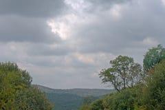 与小山和绿色植被的风景 图库摄影