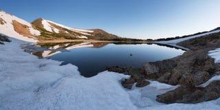 与小山湖的春天风景 库存图片