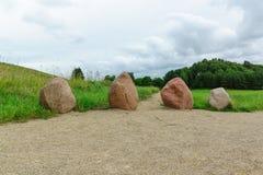 与小山的巨大的石头 免版税库存照片