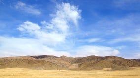 与小山的美丽如画的农村风景 免版税库存照片