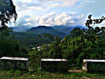 与小山的美丽的云彩 库存照片