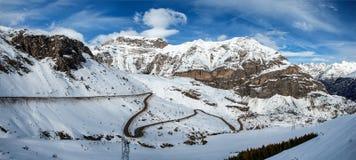 与小弯曲道路的斯诺伊比利牛斯山 免版税图库摄影