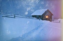 与小径的冬天风景在雪和木房子 库存图片