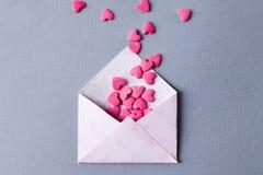 与小心脏堆的信封在灰色背景的 背景蓝色框概念概念性日礼品重点查出珠宝信函生活纤管红色仍然被塑造的华伦泰 顶视图 库存照片