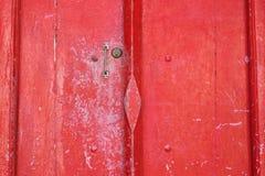 与小把柄的红色木古色古香的门 免版税库存照片