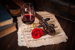 与小提琴纸卷的浪漫图象细节 图库摄影