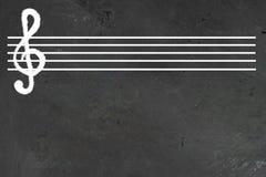 与小提琴cleff的白色空白的音乐会五线职员对此在黑黑板 水平与文本或设计的拷贝空间 库存例证