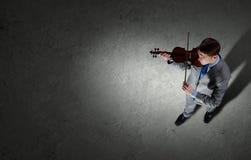 与小提琴的商人 免版税图库摄影