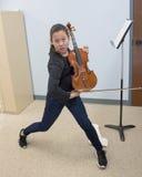 与小提琴的精力充沛的姿势 库存照片