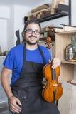 与小提琴的Luthier 免版税库存照片