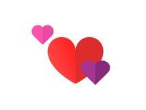 与小桃红色心脏和紫心勋章的大红色爱心脏在白色背景 免版税库存照片
