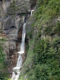 与小池塘的瀑布在喜马拉雅山 库存照片