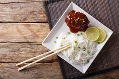 与小汤和米细面条特写镜头的可口hambagu牛排 免版税库存图片