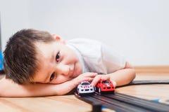 与小汽车的儿童游戏 库存图片