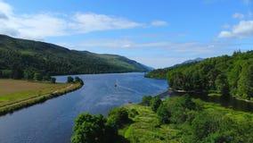 与小河和湖的惊人的风景在苏格兰高地-浪漫鸟瞰图 股票录像