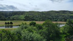 与小河和湖的惊人的风景在苏格兰高地-浪漫鸟瞰图 影视素材