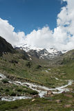 与小河的冰川 免版税库存照片