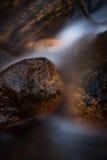 与小河的石头 图库摄影