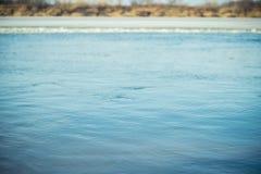 与小波纹的河表面在早期的春天 选择聚焦 免版税库存图片