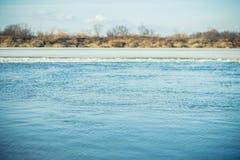 与小波纹的河表面在早期的春天 选择聚焦 免版税库存照片